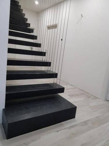Trepte din granit  Nero angola periat cu fusta